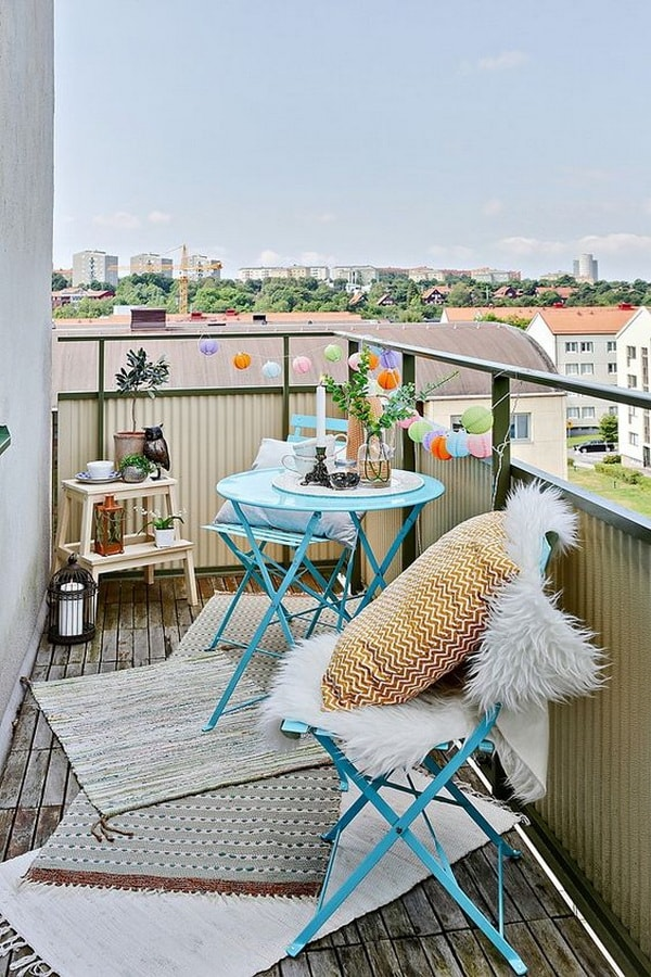 Urban balcony with touches of colour