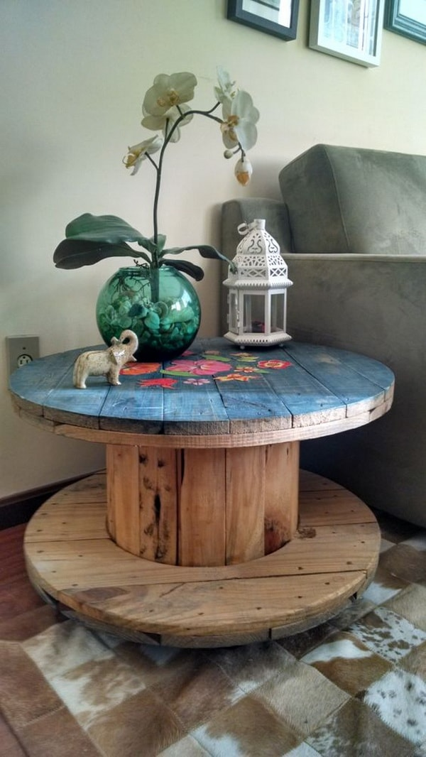 Auxiliary table for the room made with cable reel and personalized with paint.