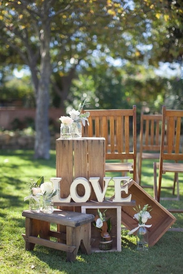 Decoration of weddings with wooden boxes