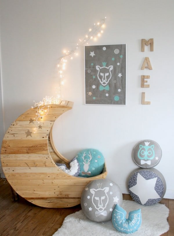 Moon-shaped cradle made of wooden pallets