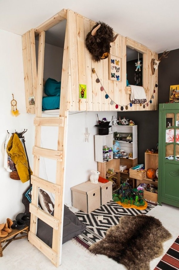 Playhouse made of pallet wood
