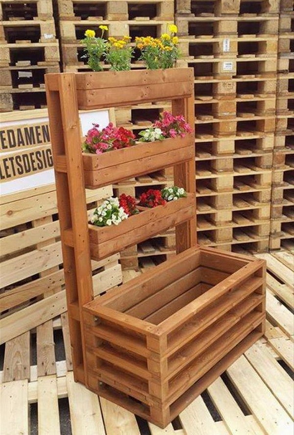 Vertical gardens made with wooden pallets