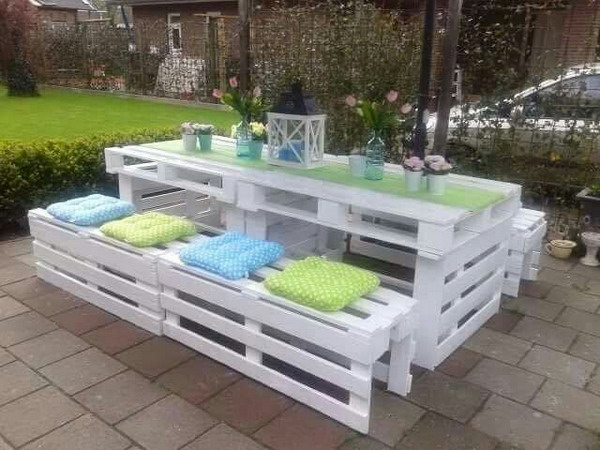 Garden table and benches with pallets