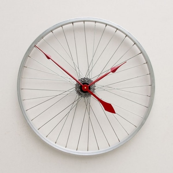 Clock made with bicycle rim