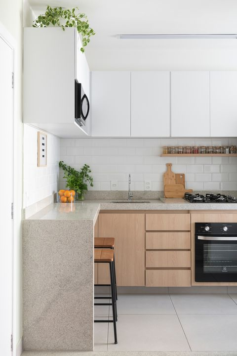 kitchen with I-top and breakfast stools