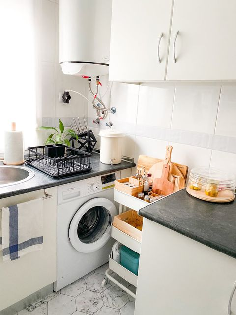 Kitchen trolley with wheels between the washing machine and the worktop