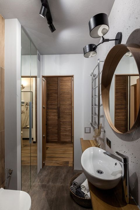 bathroom with floor to ceiling mirrored doors