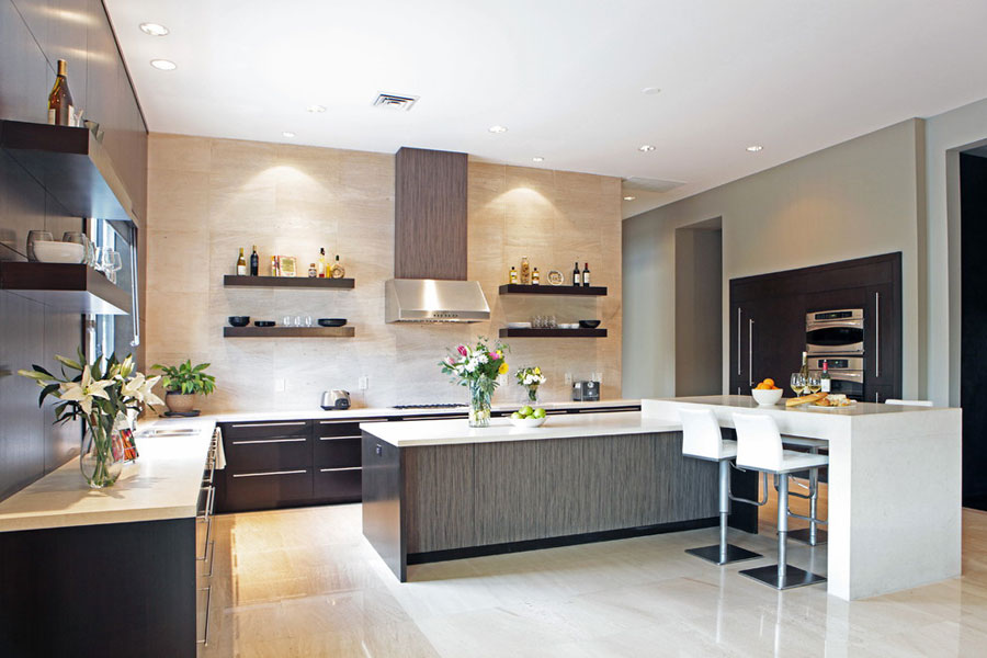 Photo of the kitchen with island and breakfast bar shelf n.02