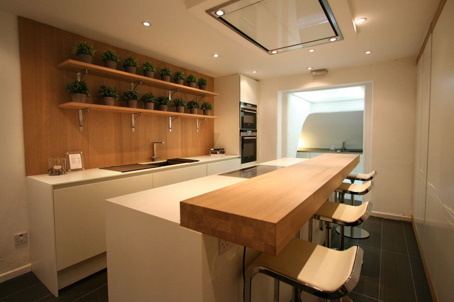 Photo of the kitchen with island and bar shelf for breakfast n.12