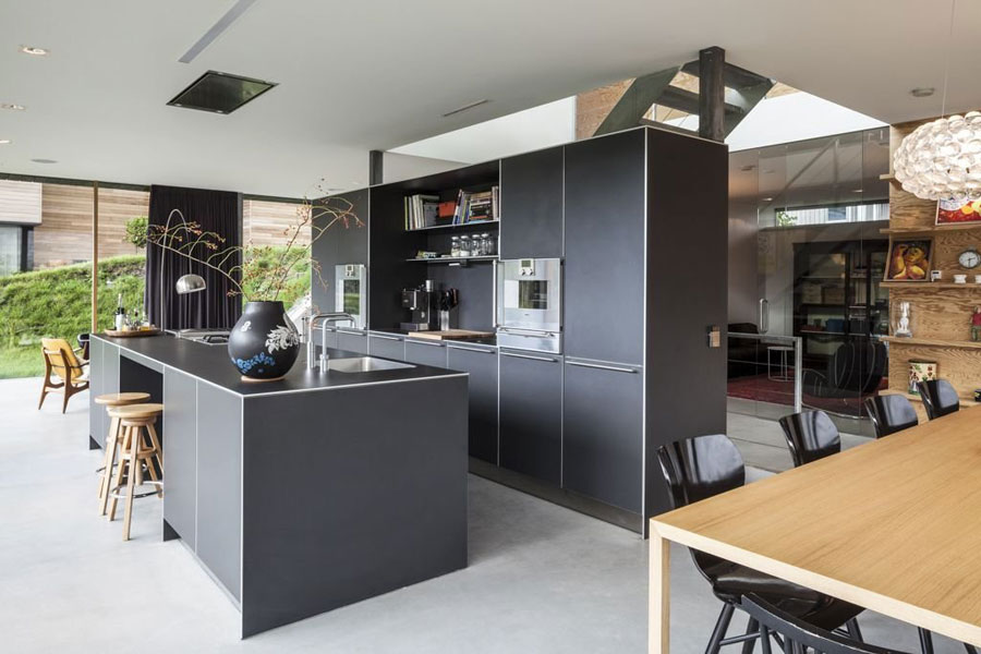 Photo of the kitchen with island and breakfast bar shelf n.11