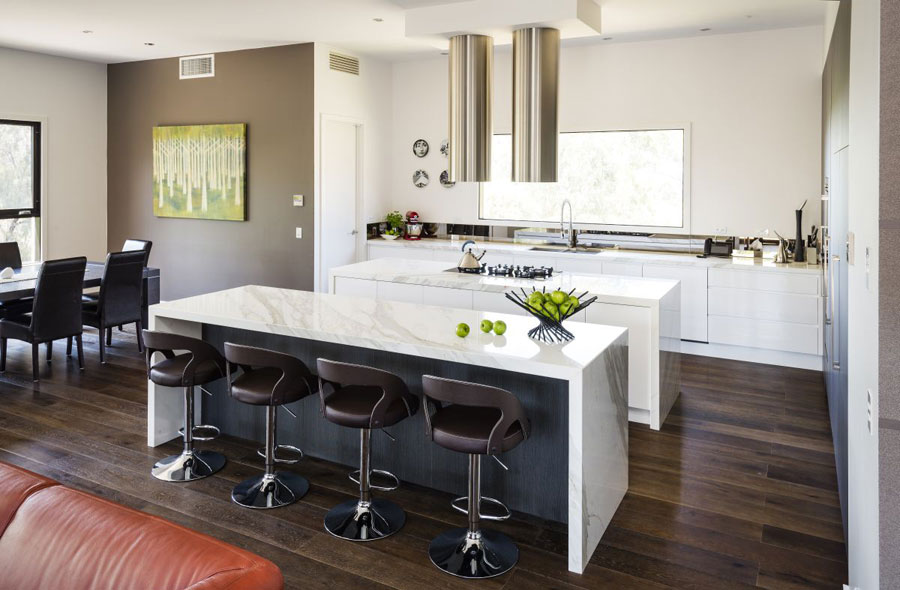 Photo of the kitchen with island and breakfast bar shelf n.08