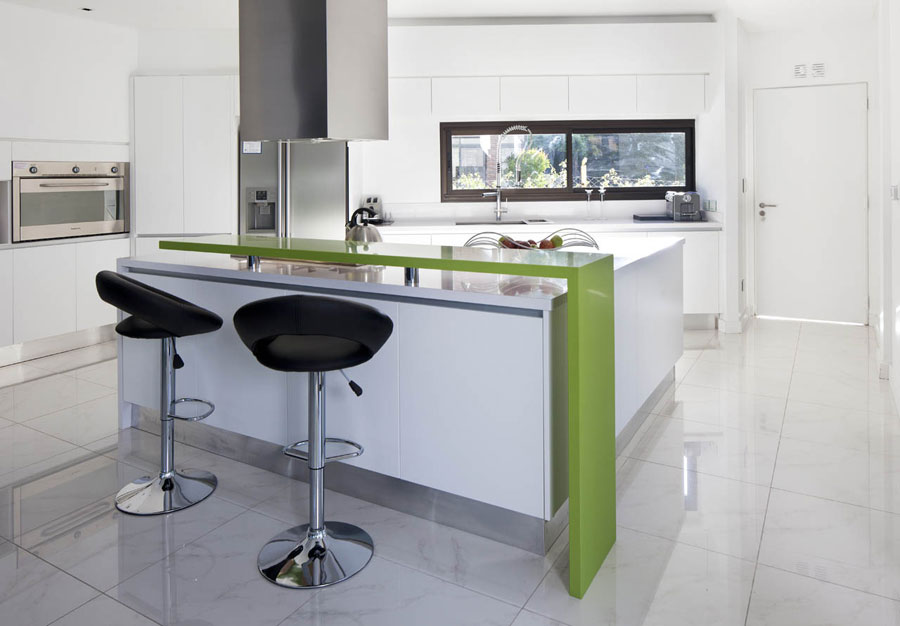 Photo of the kitchen with island and breakfast bar shelf n.09