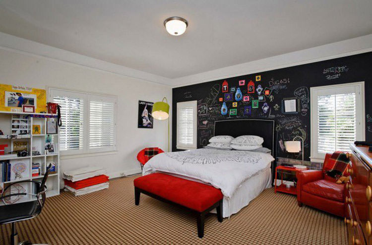 Kids bedroom with wall decorations n.01