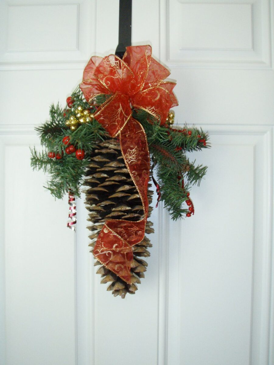 diy-christmas-decorations-with-pine-cones-19