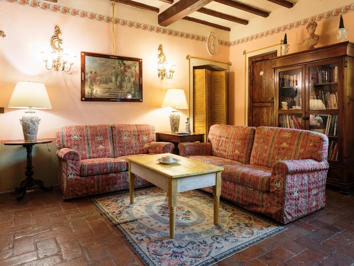 Florentine-style-living room-6