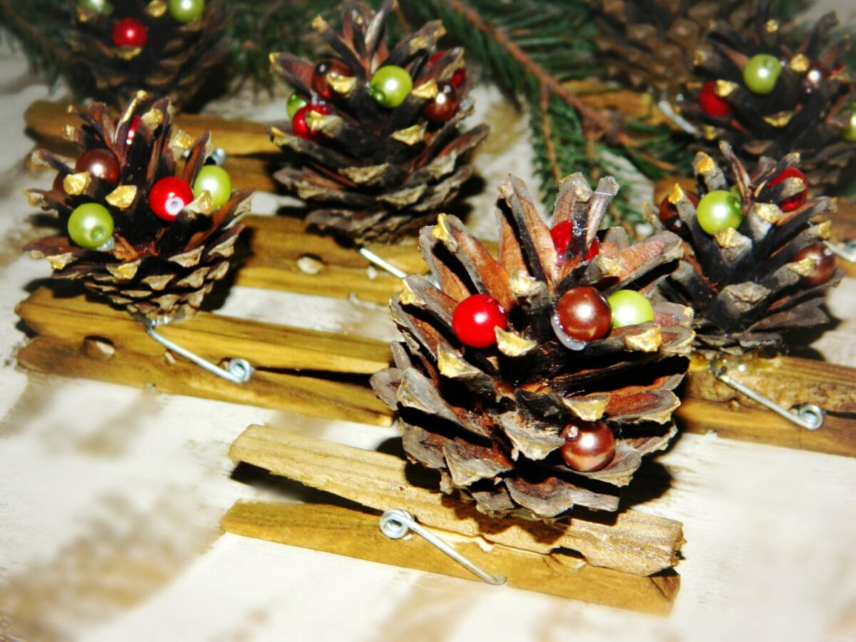 diy-christmas-decorations-with-pine-cones-24