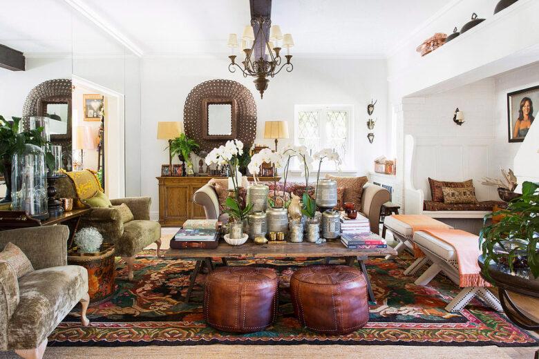 Wohnzimmer im Ethnostil mit Orchideen auf dem Couchtisch